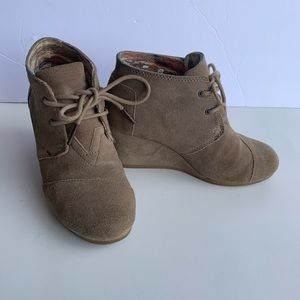 Toms suede tan wedge lace up booties sz 5.5